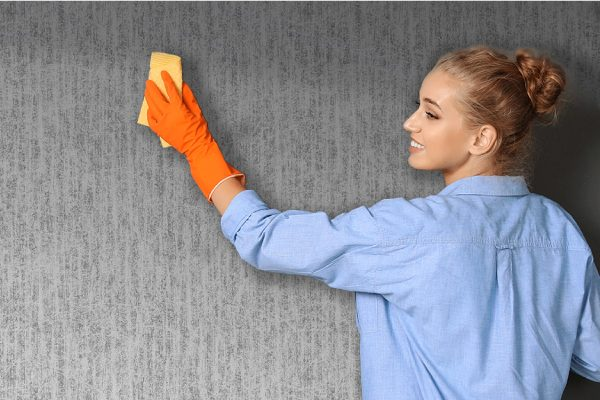 پاک کردن لکه های کاغذ دیواری